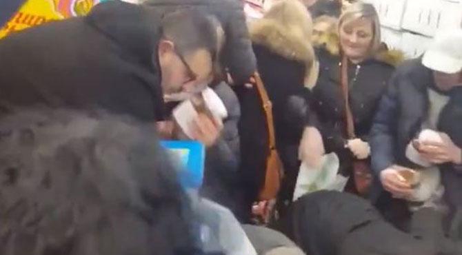 فرانس میں لگی 'چاکلیٹ سیل' پر لوگوں نے دھاوا بول دیا