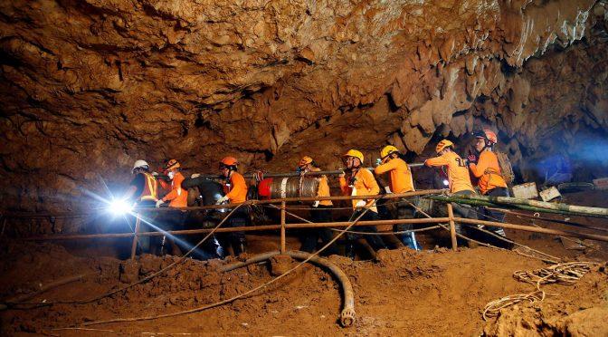 تھائی لینڈ کے غار میں پھنسے بچے باہر کیسے آئے؟