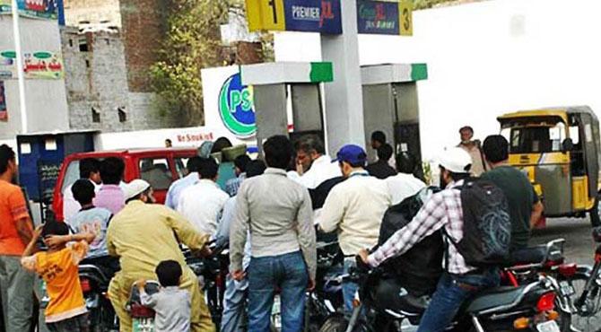 عوام پیٹرول پر 37 روپے سے زائد ٹیکسز ادا کرنے پر مجبور