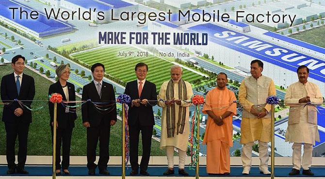 سام سانگ نے بھارت میں دنیا کی سب سے بڑی موبائل فون بنا ڈالی ،مودی خوشی سے نہال