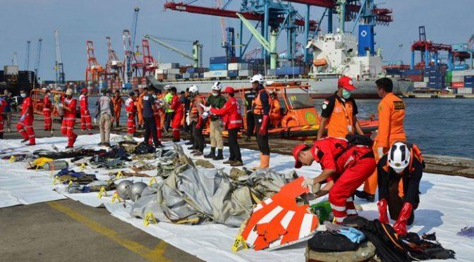 انڈونیشیا میں حادثے کے شکار طیارے کے مسافروں کی تلاش کا کام روک دیا گیا