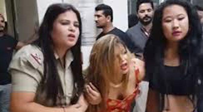 معروف بھارتی اداکارہ راکھی ساونت کی یہ حالت کس نے کی ؟جان کر سب دنگ رہ گئے