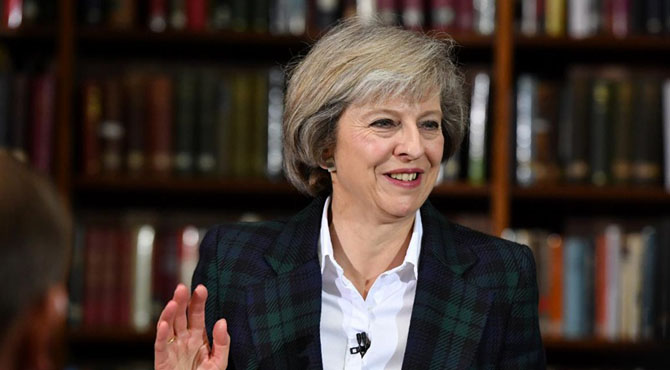 برطانوی وزیراعظم بال بال بچ گئیں