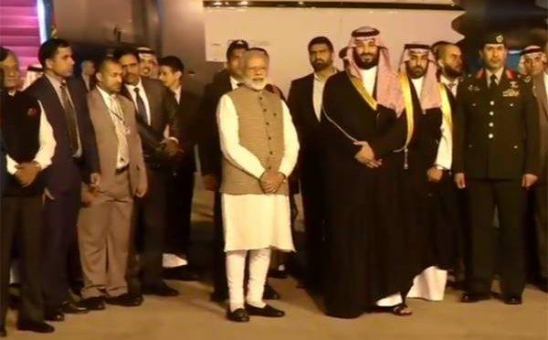 ہمیں سبق سکھانے کا دعویٰ کرنے والے بھارتی آرمی چیف کے ساتھ وزیر اعظم مودی ہاتھ کرگئے