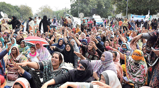 مال روڈ احتجاج گاہ بن گیا ، مطالبات کی حمایت میں دھرنے ، بد ترین ٹریفک جام
