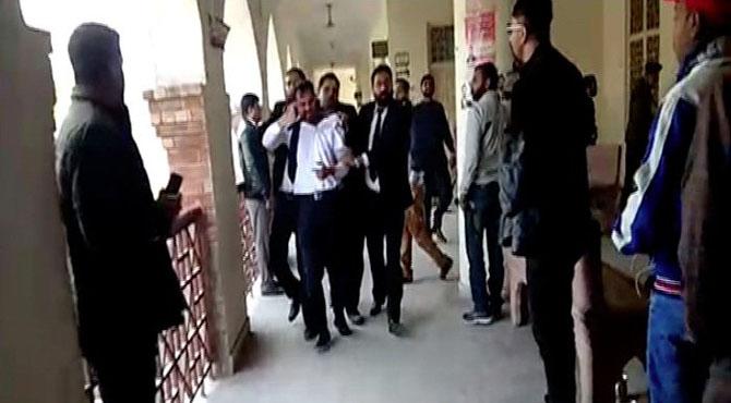 سیشن کورٹ ، وکیل نے 2 پیٹی بھائیوں کو پھڑکا دیا ، احاطہ عدالت میں خوف و ہراس