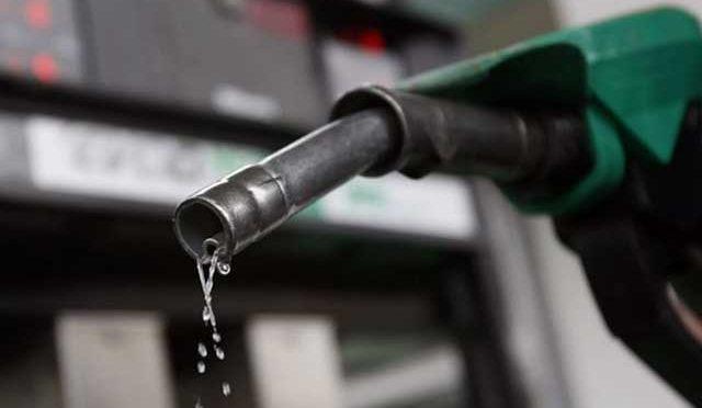 حکومت موٹرسائیکلوں کیلئے سستا پٹرول بنانے کی اجازت دے، ریفائنریز کا دباﺅ