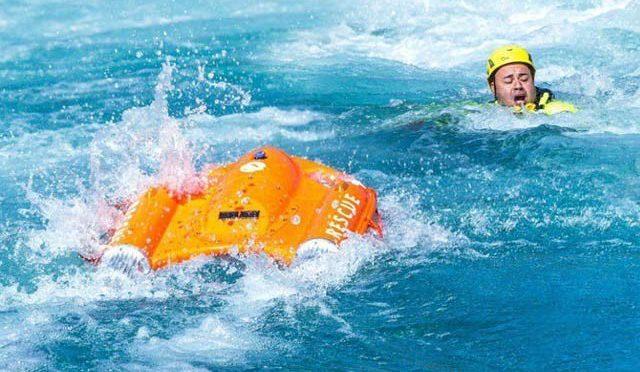 ڈوبتے لوگوں تک خود تیر کر جانے والی لائف بوائے