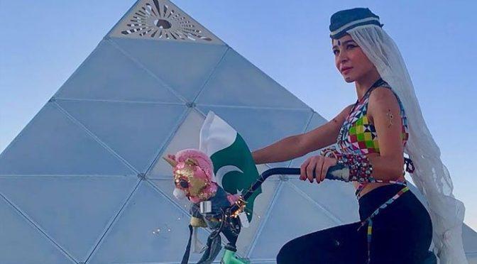 عائشہ عمرکا مختصر شرٹ اور تنگ پینٹ کیسا تھ پا کستان کی نمائندگی کا اچھوتا انداز مگر تنقید کی زد میں بھی آ گئیں