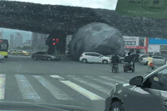 چین میں چاند زمین پر اتر آیا، لوگ حیرت میں مبتلا