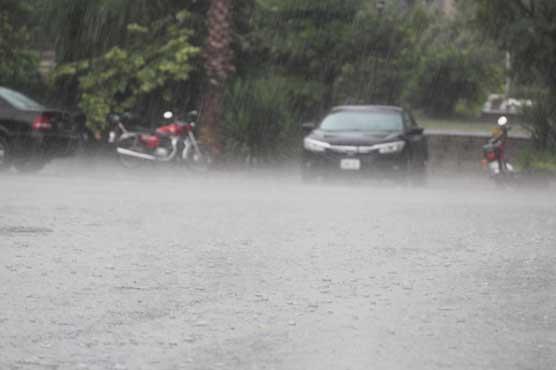 سردی نے دستک دیدی، لاہور سمیت مختلف علاقوں میں بارش سے خنکی میں اضافہ
