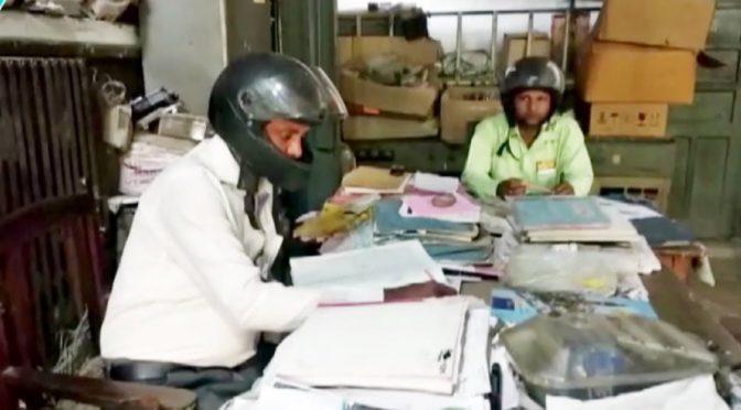 سرکاری ملازمین دفتر کے اندر ہیلمٹ پہننے پر کیوں مجبور ہونے لگے؟حیران کن انکشاف