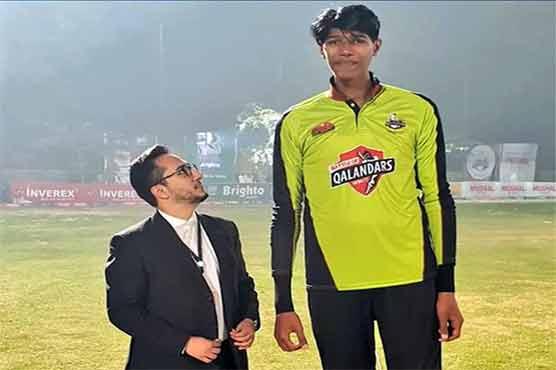 لاہور قلندر نے 7.4 فٹ کا دراز قد سپنر تلاش کر لیا