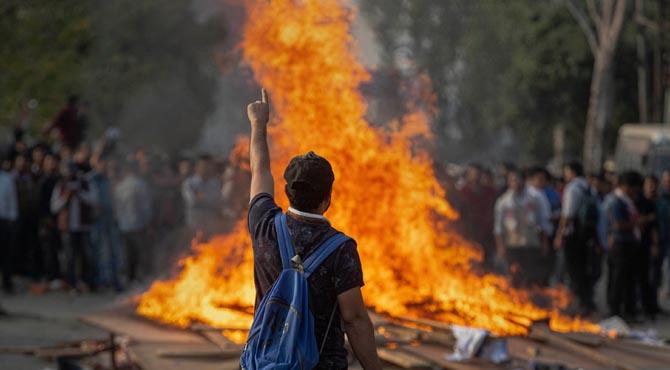 بھارت کی 100تنظیموں کا مودی کے خلاف مشترکہ مظاہروں کا اعلان  گھیراﺅ جلاﺅ جاری 4کانگریس رہنما نظر بند