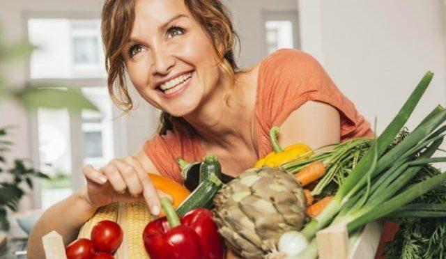 """پھل اور سبزیاں کھانے سے """"سن یاس"""" کی علامات کمی"""