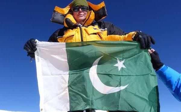 امریکی خاتون کی بے لوث محبت، بحر اوقیانوس میں پاکستانی پرچم لہرا دیا