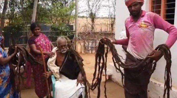 زندگی میں کبھی بال نہ کٹوانے والے 95 سالہ معمر شخص سے ملیے