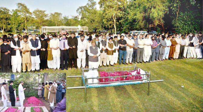 ضیاءشاہد کی تدفین ہر آنکھ اشکبار،نماز جنازہ میں مذہبی ،سیاسی شخصیات، صحافی برادری کی شرکت